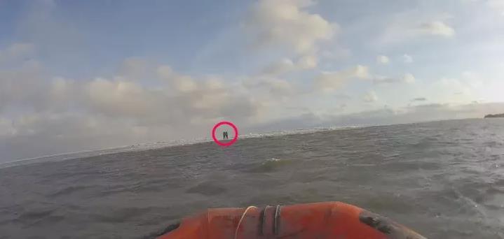 呼伦贝尔满洲里呼伦湖被困两人成功施救