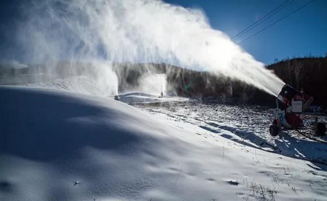呼伦贝尔扎兰屯金龙山滑雪场造雪现场