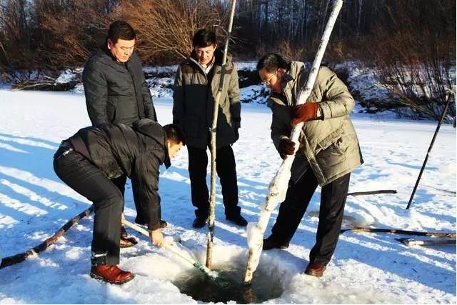 冬日里额尔古纳河凿冰取鱼