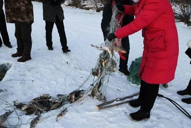 冬日里额尔古纳河凿冰取鱼的那点事儿