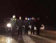 呼伦湖自驾游遇险民警跪冰雪救援