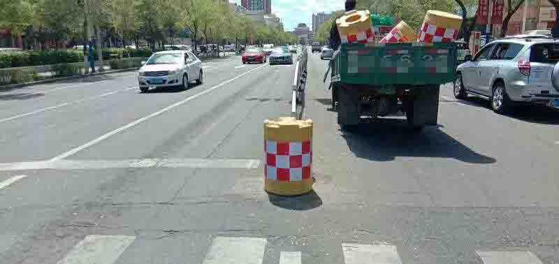 海拉尔城市道路换新颜交通护栏再整容情况图片