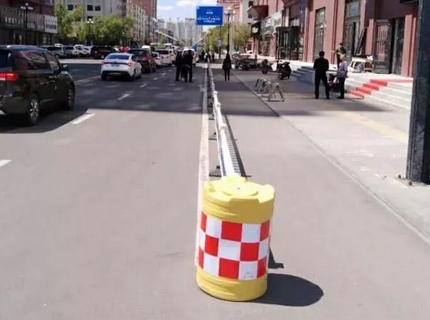 海拉尔城市道路换新颜交通护栏再整容情况