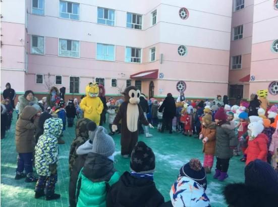 海拉尔儿童嬉戏冰雪节