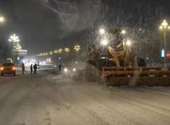 海拉尔四月飘雪!深夜,海区综合执法局奋战在清雪一线